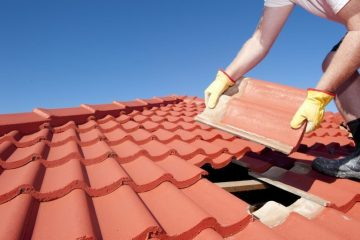 Ilustrasi Memperbaiki Atap Rumah